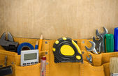Nástroje ve stavebnictví pás na dřevo — Stock fotografie