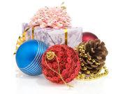 Caja de regalo de navidad con bolas aislados en blanco — Foto de Stock