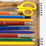 Школьные принадлежности и зарегистрированного ноутбука — Стоковое фото