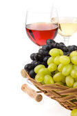 Vinho em vidro e uva isolado no branco — Fotografia Stock