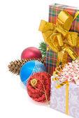 Boîte de cadeau de Noël avec des balles à blanc — Photo