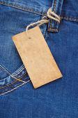 Prislappen på jeans blå ficka — Stockfoto
