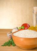 Arroz y alimentos vegetales con sabor a madera — Foto de Stock