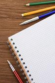 školní potřeby a poznámkový blok papíru — Stock fotografie