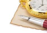 Horloge en pen op perkament — Stockfoto