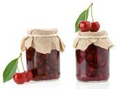 Marmellata di ciliegie isolato su bianco — Foto Stock