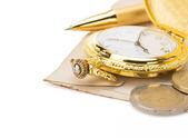 Reloj y pluma en papel — Foto de Stock