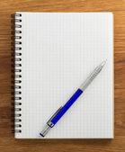 检查的笔记本在木头上 — 图库照片
