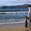 Mother and daughter looking at the sea — Stock Photo