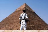 Egyptische veiligheid bij de grote piramides in giza — Stockfoto
