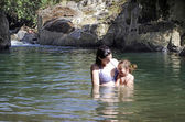 Madre e hija nadar — Foto de Stock