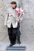 Spanish man sale red roses in Madrid Spain — Stock Photo