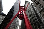 Rote stahlskulptur in zuccotti park — Stockfoto