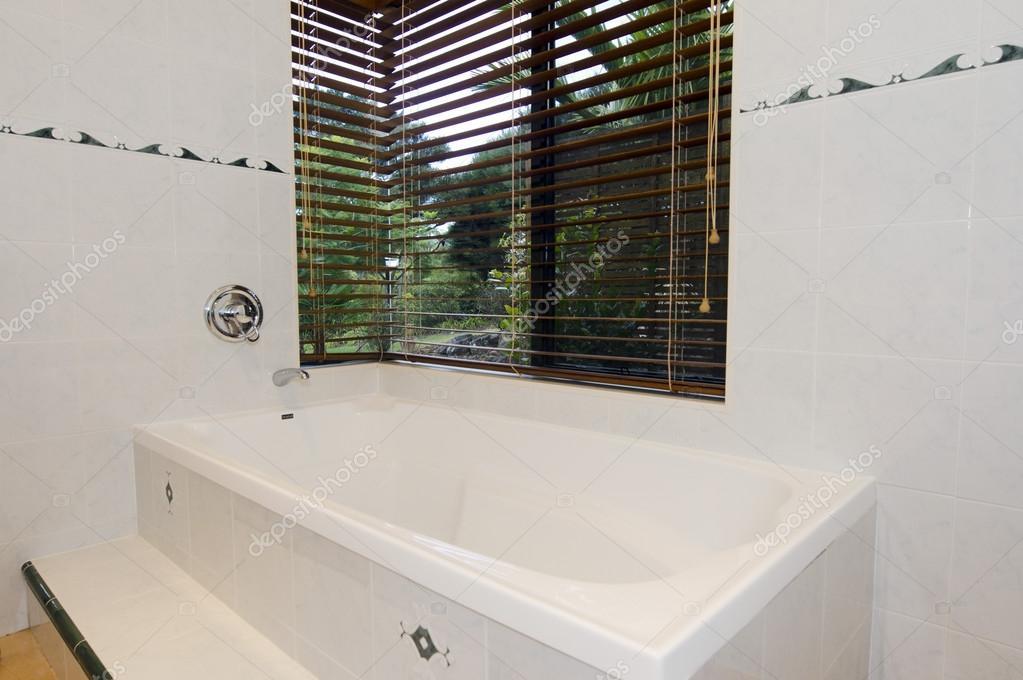 Moderno bagno con piastrelle bianche e una finestra — foto stock ...