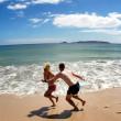 paar toneelstuk op lege strand in Nieuw-Zeeland — Stockfoto