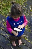 儿童拥有森林蘑菇 — 图库照片