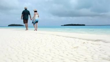 Couple during travel vacation in Aitutaki Lagoon, Cook Islands — Stock Video