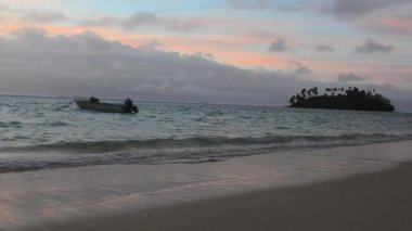 Fishing boat mooring in Muri Lagoon — Stock Video