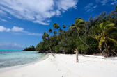Travel photographer photographing tropical island — Photo
