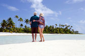 Young couple hugs on deserted tropical island — Stock Photo