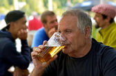 男人喝啤酒 — 图库照片