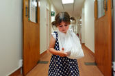 Girl with a broken arm — Stockfoto