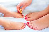 Madre e figlio dipingere i piedi con smalto — Foto Stock