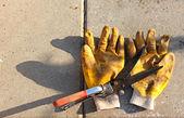 Ciseaux de jardinage et gants jaunes Sales — Photo