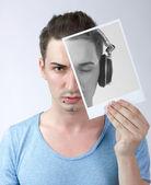 ヘッドフォンで彼自身と若い男性持株写真 — ストック写真