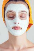 Mulher tendo um branco suavização de máscara facial — Fotografia Stock