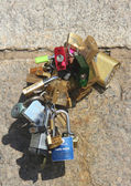 Love locks at the Brooklyn Bridge — Stock Photo