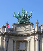 Quadriga on top of Le Grand Palais in Paris by Georges Recipon. — Stock Photo