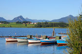 Lake Hopfensee with scenic views of the Allgau and Tirol Alps — Stock Photo