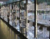 葡萄酒杯和花瓶玻璃厂陈列室展出 — 图库照片