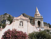 The church of San Giuseppe overlooking the Piazza IX Aprile in Toarmina, Sicily. Taormina has been a very popular tourist destination since the 19th century — Stock Photo