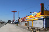 Coney Island Boardwalk with Parachute Jump in the background at Coney Island, NY. — Stockfoto