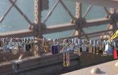 Love locks at the Brooklyn Bridge in Brooklyn, New York — Stock Photo