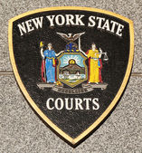New York State Courts emblem on fallen officers memorial — Stock Photo