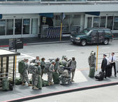 American soldiers returning home from duty in San Fransisco Airport — Stock Photo