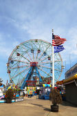 Roue de merveille dans le parc d'attractions de coney island — Photo
