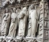 St denis décapité vu sur le côté gauche de l'entrée principale de la cathédrale notre dame — Photo