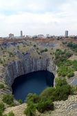 金伯利、 南非它是露天和地下的钻石矿,自称是最大的孔上的大洞用手挖出 — 图库照片
