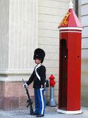 Kraliyet muhafızı koruyan amalienborg kalesi, kopenhag, danimarka — Stok fotoğraf