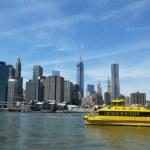 New york city su taksisi brooklyn Köprüsü Parkı'ndan görülen nyc skyline ile — Stok fotoğraf