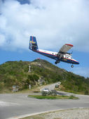 Dramatic Winair plane landing at St Barth airport — Stock Photo