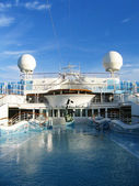 Cruise ship - Swimming pool at the upper deck — Photo