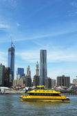 New York City Water Taxi with Freedom Tower and NYC skyline seen from Brooklyn Bridge Park — Stock Photo