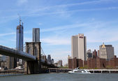 New York Waterway ferry under Brooklyn Bridge — Stok fotoğraf