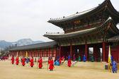 仪式上不断变化的复杂在首尔,韩国景福宫里的卫兵 — 图库照片