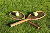 Old tennis rackets on grass court — Stok fotoğraf